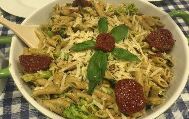 פסטה פנה מחיטה מלאה עם ברוקולי ועגבניות מיובשות
