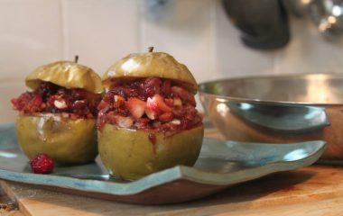 תפוחי עץ ממולאים בפירות יער, שקדים ודבש