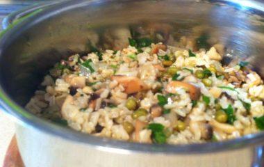 אורז מלא עם שעועית מאש ופטריות
